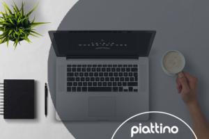 café, computador e homem trabalhando na gestão de marca